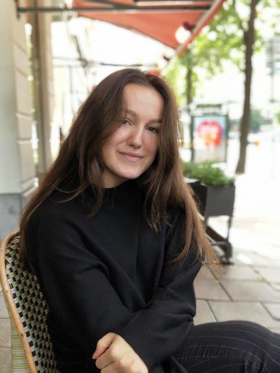 写真・図版 : 税金の取材に応じてくれたエラさん。「スウェーデンの目標は、平等、均等に可能性を得ること」と教えてくれた