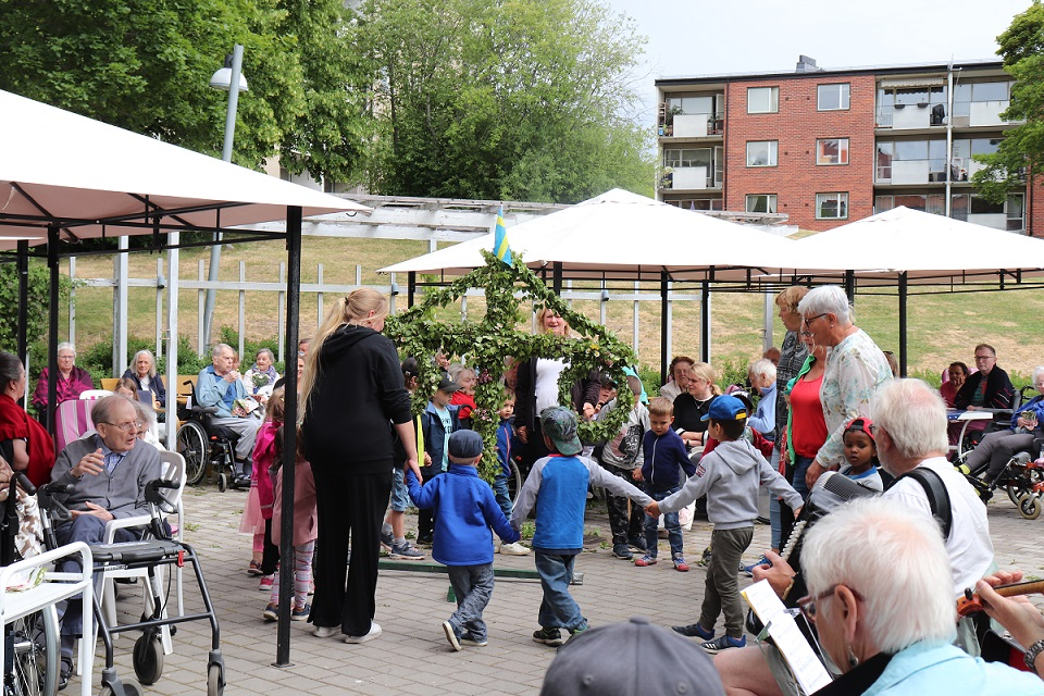 写真・図版 : 高齢者の施設で開かれた夏至祭イブの小さなパーティーには、近くの就学前教育の子どもたちも参加した。6月中旬の夏至祭は北欧全体が華やかな雰囲気に包まれる=スウェーデン・ソレントゥーナ