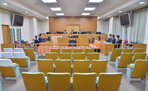 宇都宮地裁の206号法廷。左右に取り付けられた大画面にも取り調べの映像が映し出された=2016年4月8日