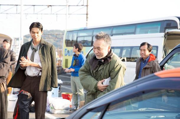 写真・図版 : 撮影中の瀬々敬久監督(中央)と中浜哲役の東出昌大さん(左)=トランスフォーマー提供