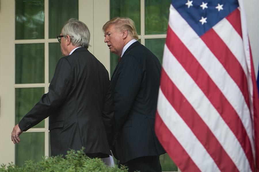 写真・図版 : ホワイトハウスで共同声明の発表を終え、大統領執務室へ戻るトランプ大統領とEUのユンケル欧州委員長=2018年7月25日、ワシントン