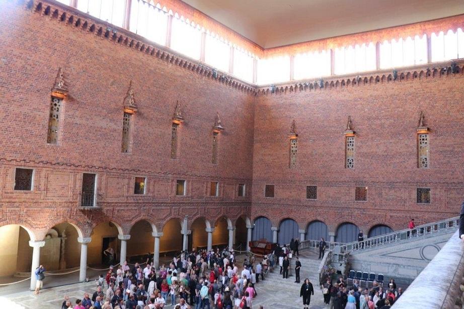 写真・図版 : ノーベル賞の記念晩餐会が行われるストックホルム市庁舎には世界各国から多くの観光客が訪れる