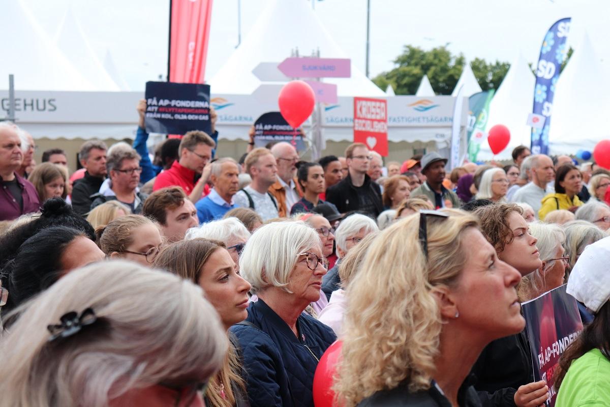 写真・図版 : 政治集会は子ども連れも若い人の姿も多い。まじめな討論の場でありながら、楽しいお祭り会場のような雰囲気もあった=スウェーデン・ストックホルム郊外のヤルバ地区