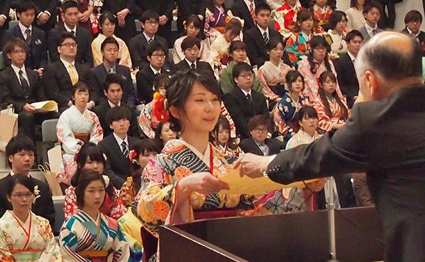 写真・図版 : 大学で卒業証書を受け取り、社会へと飛び出す若者たち=2018年3月、福岡県田川市