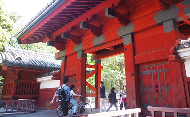 写真・図版 : 東京・本郷の東京大学「赤門」。若い世代への支援はどうあるべきか