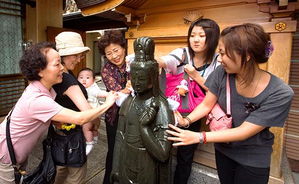 写真・図版 : 東京・巣鴨の「とげぬき地蔵尊」。3世代でお参りする人も