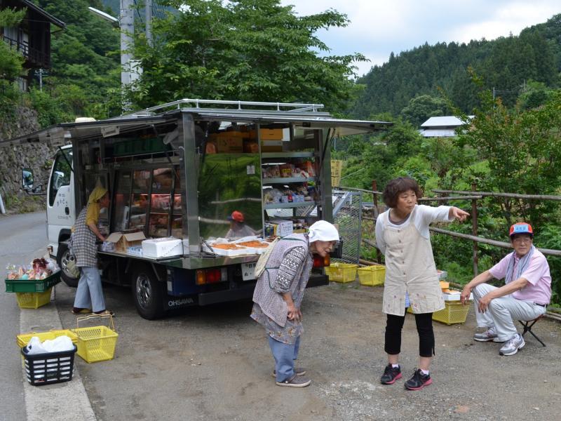 写真・図版 : 群馬県の山間部。高齢化する小集落の生活を、行商トラックが支える