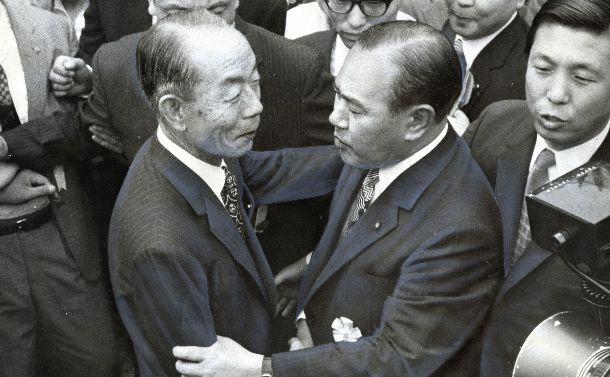 1972年自民党総裁選。新総裁選出のため臨時党大会後のレセプションで、争った福田赳夫氏(左)から祝福を受ける田中角栄自民党新総裁 =1972年7月5日