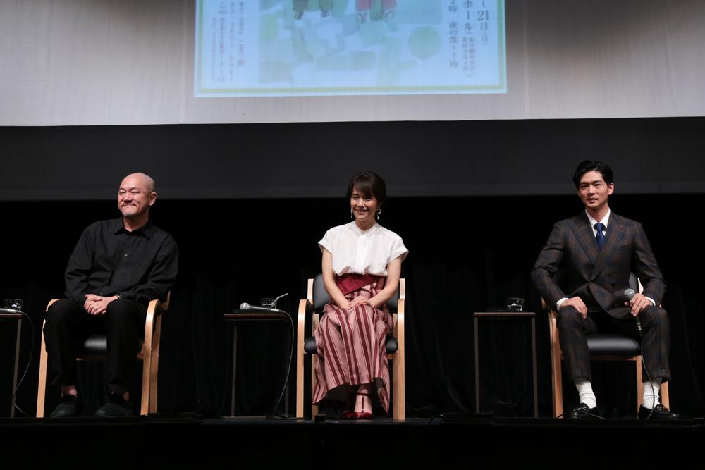 写真・図版 : 『母と暮せば』制作発表会見から、左から 畑澤聖悟、富田靖子、松下洸平=冨田実布撮影