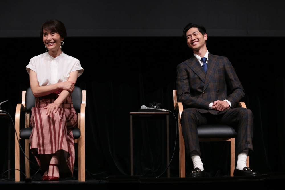 写真・図版 : 『母と暮せば』制作発表会見から、富田靖子(左)と松下洸平=冨田実布撮影