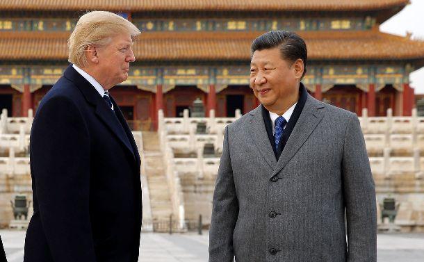写真・図版 : 昨年11月、トランプ米大統領と北京の故宮博物院(紫禁城)を訪れる中国の習近平国家主席(右)