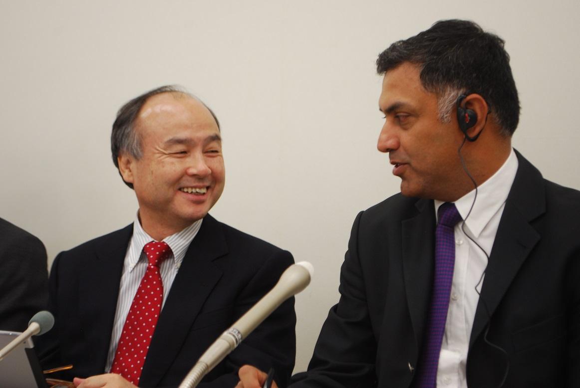 写真・図版 : 蜜月だった頃の孫社長(左)とニケシュ・アローラ副社長=2015年11月4日、東京都中央区の東証