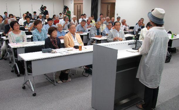 写真・図版 : 無実を訴え、支援を呼びかける被告の母親(右)=2017年9月16日、宇都宮市の県弁護士会館