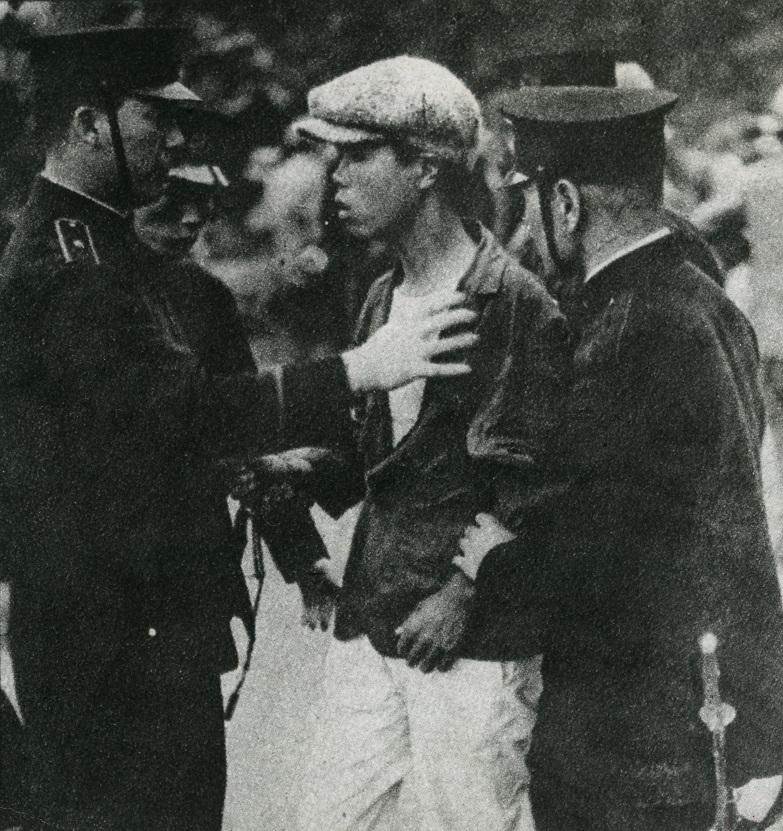 写真・図版 : メーデー参加者の身体検査をする特高警察=1928年5月1日、東京・芝公園