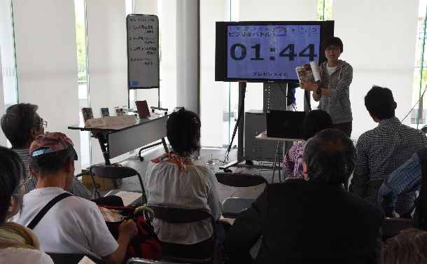 観客を前に発表者が5分間で本の魅力を伝えて競うビブリオバトル。本の読み方もいろいろだ=2018年5月19日、奈良市の県立図書情報館
