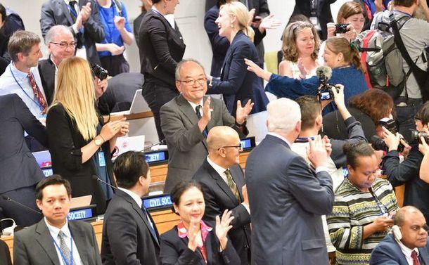 核兵器禁止条約の採択後、わく場内=2017年7月7日、ニューヨークの国連本部