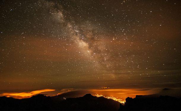 写真・図版 : 写真2:アフリカ大陸の北西沿岸に近い大西洋上にあるカナリア諸島のラ・パルマ島で撮影された天の川。この島には大きな天文台が複数あり、1988年に光害防止条例ができた。