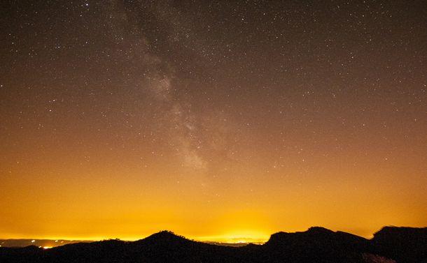 写真・図版 : 写真3:スペイン・カタロニア地方の北部、フランスとの国境にそびえるピレネー山脈の近く。南の空に広がる天の川がかろうじてわかるが、多くの村による光害は明らか。