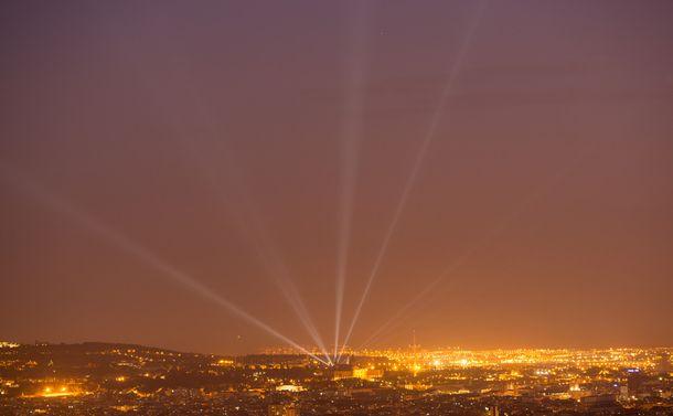 写真・図版 : 写真4:もはや天の川は見えないスペイン・バルセロナの夜空。観光客に人気の光と噴水のショー「モンジュイックのマジック噴水」からの光線が見える。