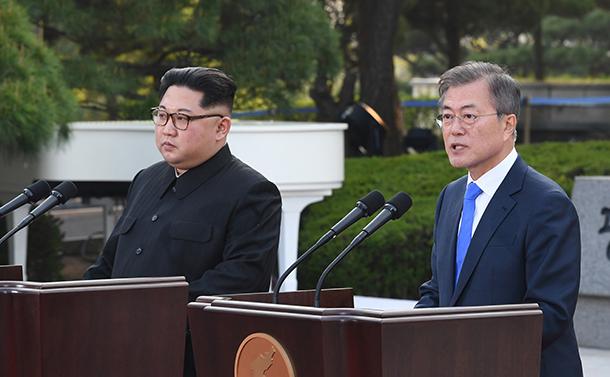 写真・図版 : 板門店宣言を発表する北朝鮮の金正恩委員長(左)と韓国の文在寅大統領=2018年4月27日、韓国共同写真記者団撮影