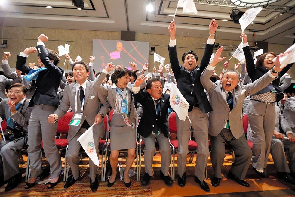 写真・図版 : 2020年五輪の開催都市が東京に決まり喜ぶ安倍晋三首相(右から3人目)や岸田文雄外相(左から3人目)ら=2013年9月7日、ブエノスアイレス