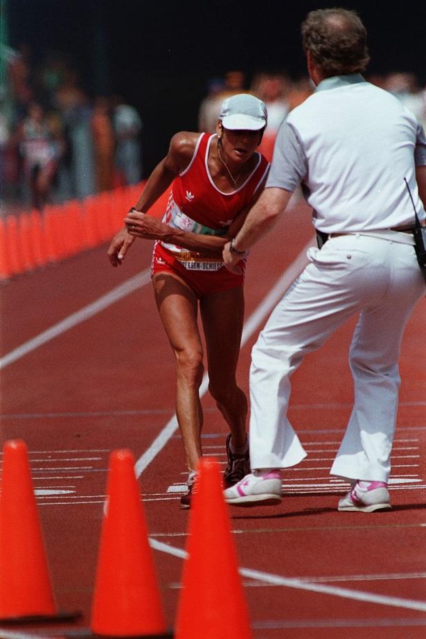写真・図版 : ロサンゼルス五輪で初めて取り入れられた女子マラソンで、フラフラになり歩きながらもゴールにたどり着いたアンデルセン選手(スイス)= 1984年8月5日