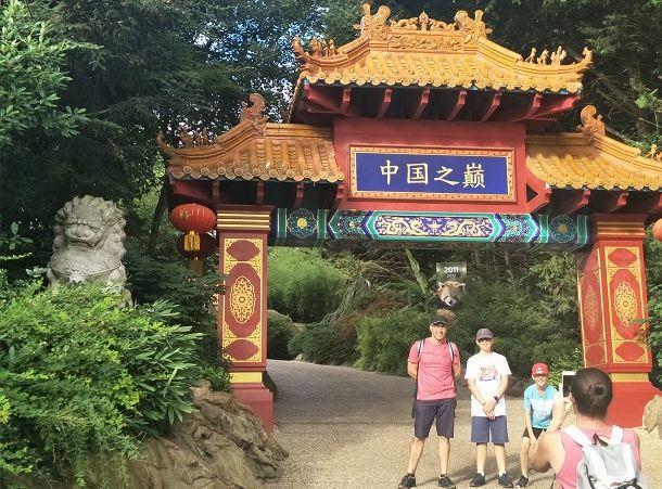 写真・図版 : パンダ舎は中華庭園を模したつくりになっている。中華風の門や東屋(あずまや)が建てられ、赤いちょうちんも飾られていた=2018年7月29日、フランス中部ボーバル動物園。吉岡桂子撮影