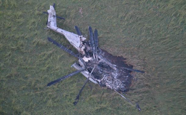 写真・図版 : 燃えた米軍のヘリ=2017年10月12日、沖縄県東村高江