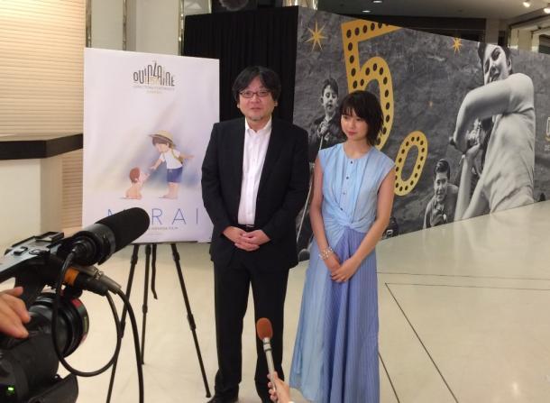 写真・図版 : カンヌ映画祭監督週間の舞台挨拶に立つ細田守監督(左)と、主人公くんちゃんの声を担当した上白石萌歌さん=撮影・筆者
