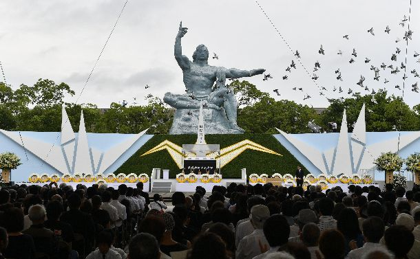 長崎原爆の日の平和祈念式典。田上富久・長崎市長の平和宣言のあと、ハトが放たれた=2017年8月9日