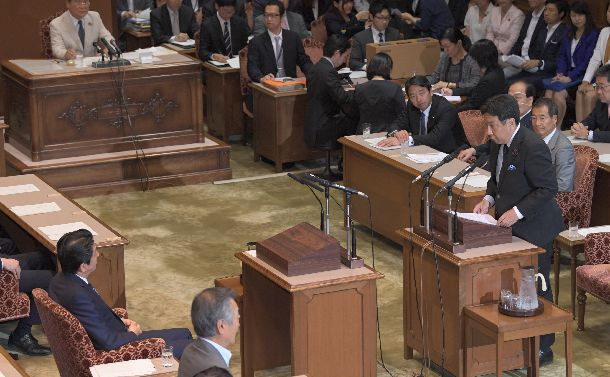 党首討論に臨む立憲民主党の枝野幸男代表(右)。安倍晋三首相に論戦を挑んだが……=2018年6月27日