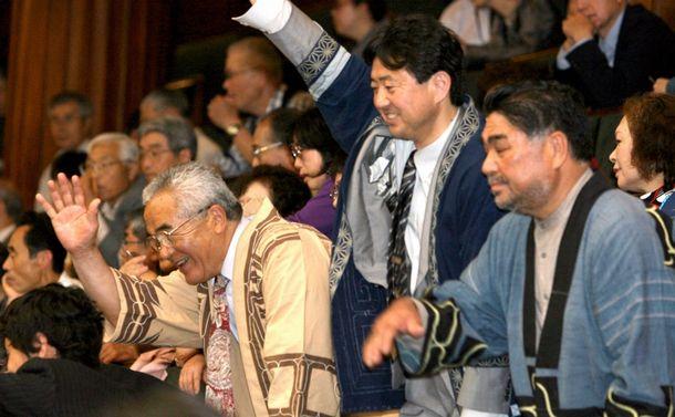 アイヌ民族を先住民族と認める決議が行われる衆院本会議場で、傍聴席から議員に手を振る北海道ウタリ協会の人たち