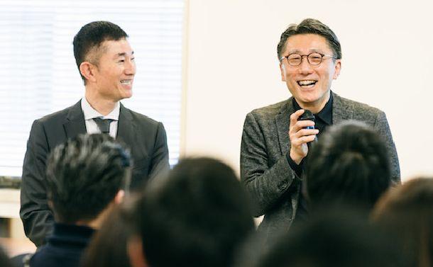 写真・図版 : ライフネット生命のLGBT研修で語る稲葉さん(左)と藤田さん=2018年2月