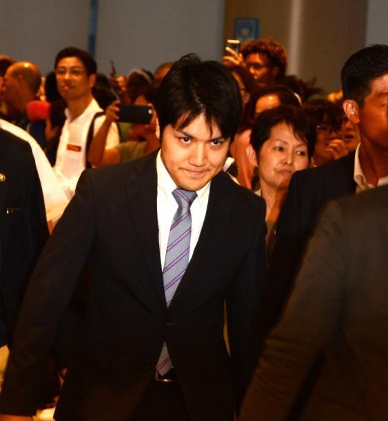 米国へ向け出発する小室圭さん。搭乗口を通過する際、集まった報道陣に会釈をした=2018年8月7日午後6時8分、成田空港20180807