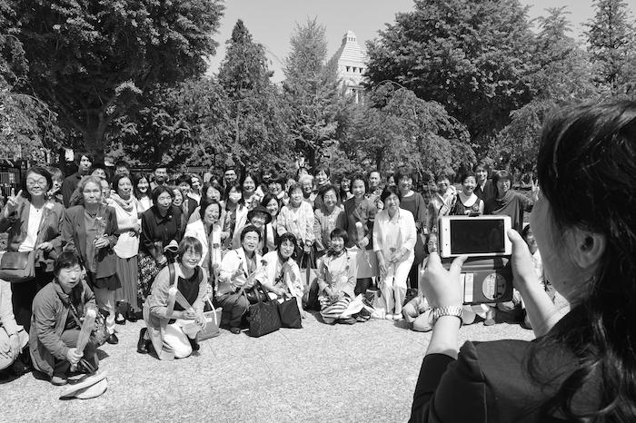 写真・図版 : 、東京都千候補者男女均等法が成立し、国会議事堂を背に記念撮影する女性たち=2018年5月16日田よく