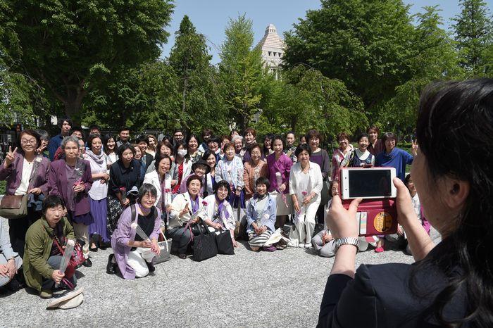 写真・図版 : 候補者男女均等法が成立し、国会議事堂を背に記念撮影する女性たち=2018年5月16日、東京都千代田区