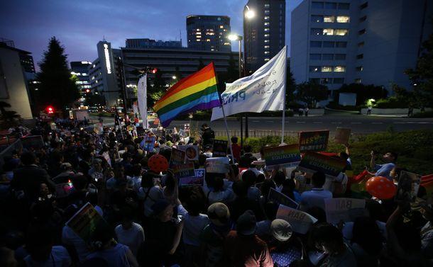 杉田水脈衆院議員の議員辞職を求め、自民党本部前で抗議活動をする人たち=2018年7月27日、東京・永田町