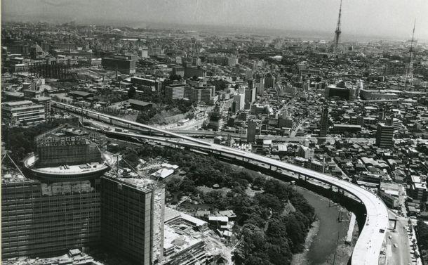 東京・千代田区紀尾井町近くの上空から、ホテルニューオータニを左に見て元赤坂、赤坂方面を空撮。左右の道路は首都高速4号新宿線、遠方に東京タワー