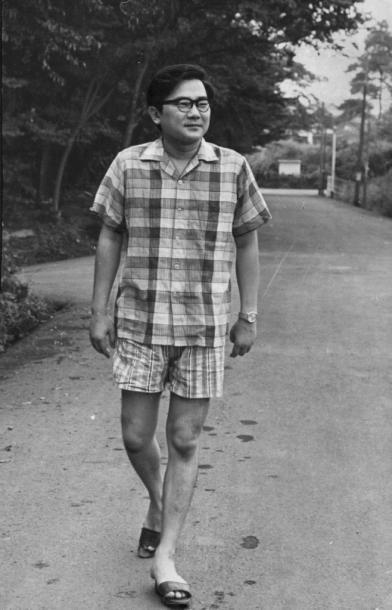写真・図版 : 東京五輪開幕の直前、1964年9月の開高健=東京・杉並の自宅付近で
