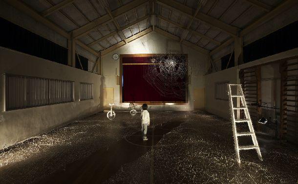 ★松沢有子「enishi」 旧赤倉小学校の体育館に、マチ針20万本を使ってインスタレーションをした作品=Photo: Takenori Miyamoto + Hiromi Seno