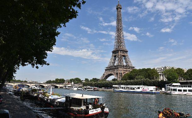 観光船が行き来するセーヌ川。夏になると外国人観光客でいっぱいに=2018年7月2日。