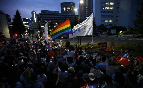 杉田水脈衆院議員の議員辞職を求め、自民党本部前で抗議活動をする人たち=2018年7月27日