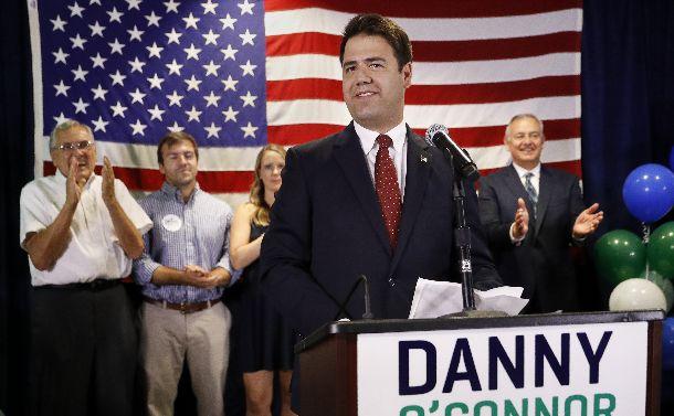 支持者に語りかける民主党のダニー・オコナー氏=2018年8月7日、オハイオ州。AP