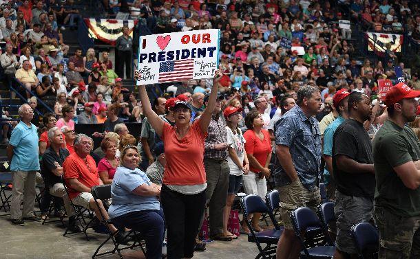 トランプ大統領が就任半年の節目にラストベルトを代表する街の一つ、オハイオ州ヤングスタウンで開いた集会で演説に聴きいる支持者たち。会場は大歓声に包まれた=2017年7月25日