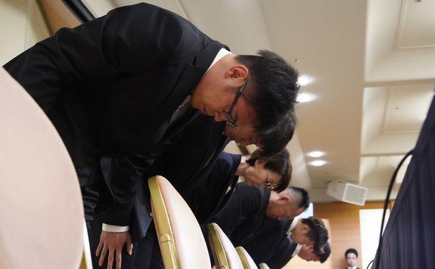 記者会見の冒頭で謝罪する、アジア大会バスケットボール男子日本代表の4選手と日本バスケットボール協会の三屋裕子会長(手前から3人目)=2018年8月20日、東京都港区