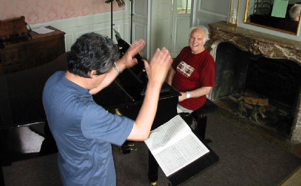 写真・図版 : ミッシェル・コルボ氏から指揮の指導を受ける西脇義訓=2001年