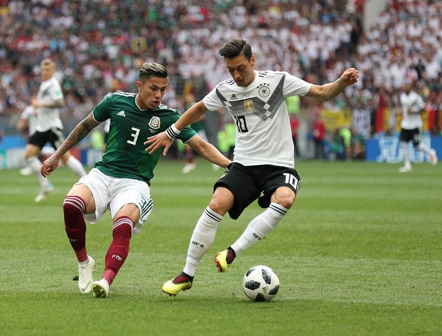 写真・図版 : サッカーW杯ロシア大会に出場したドイツ代表のエジル(右)=2018年6月17日、モスクワ・ルジニキ競技場