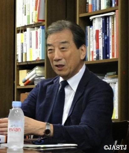 写真・図版 : インタビューに応える国会事故調の元委員長、黒川清さん