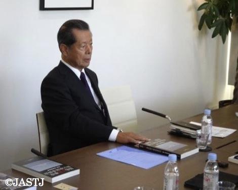 写真・図版 : インタビューに応える民間事故調の元プログラムディレクター、船橋洋一さん
