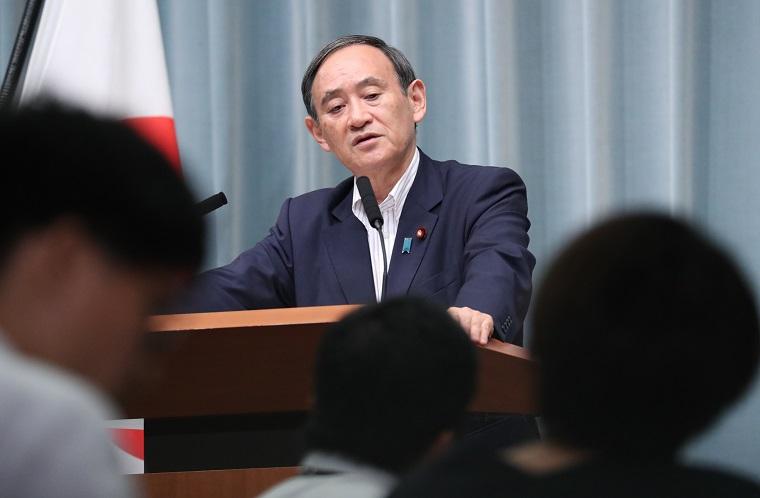 写真・図版 : 記者会見で質問に答える菅官房長官=2018年8月9日、首相官邸